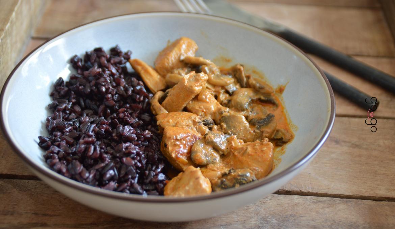 Poulet sauce paprika et son riz noir